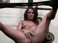Porn star Inari Vachs masturbates in the gym